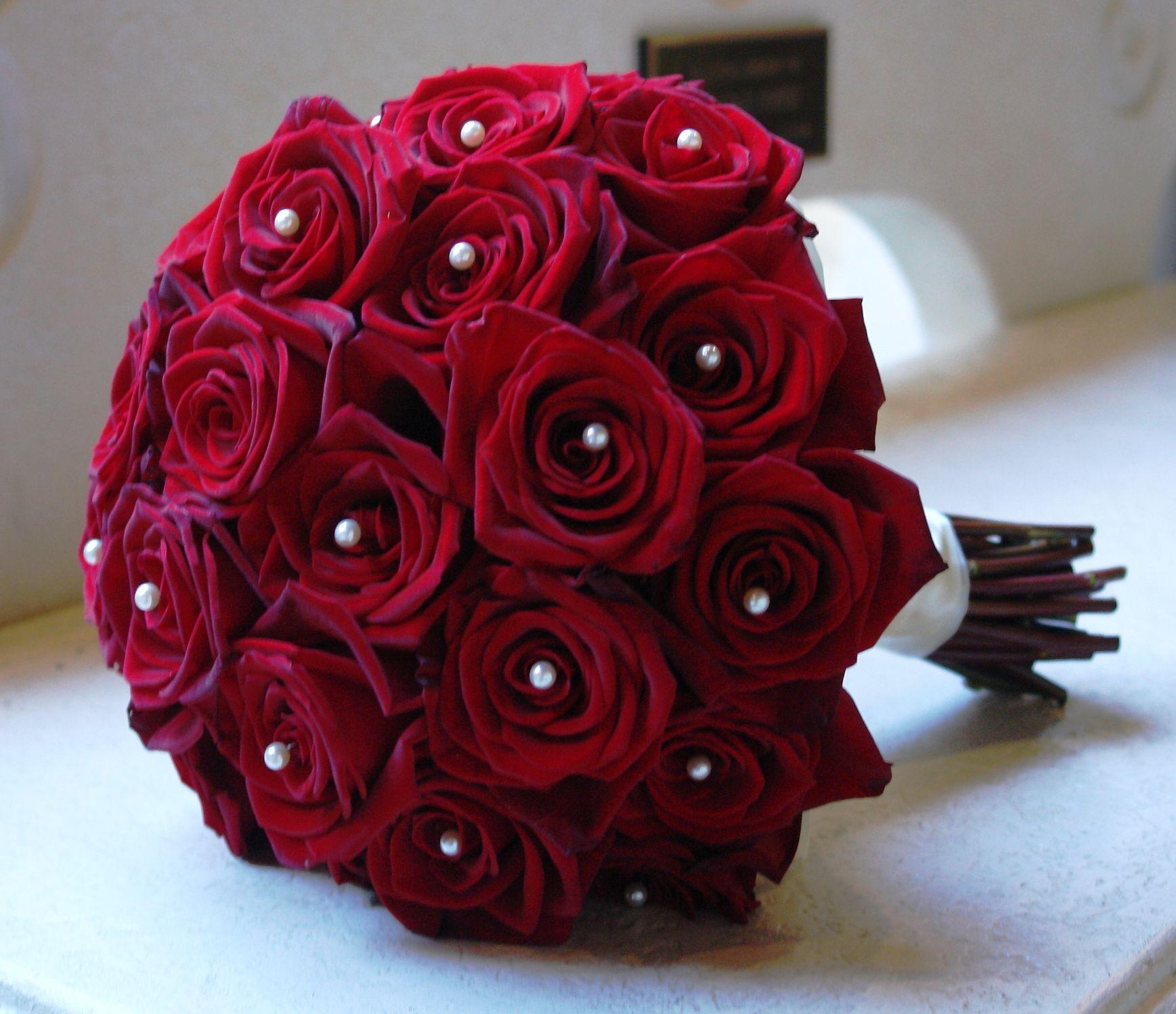 دسته گل عروس رز قرمز با مروارید